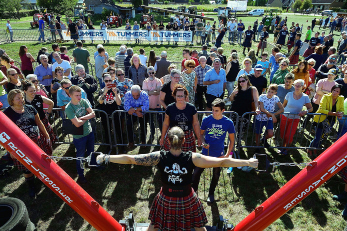 heimolen - 20190915 - pix4profs/petervantrijen.highlandgames.zowel dames met kilt(voorgrond) alswel mannen boomstamwerpen(achtergrond) doen krachtproeven