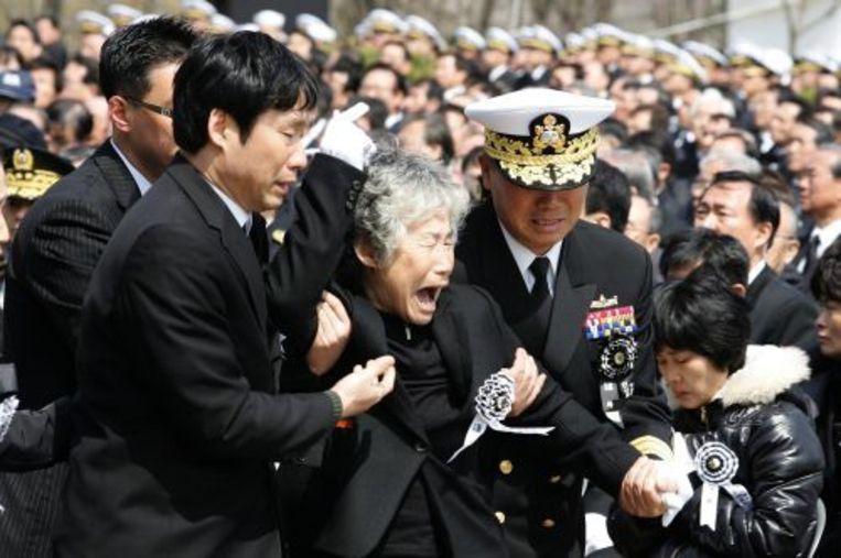 Familieleden treuren om een van de omgekomen zeelieden. ANP Beeld
