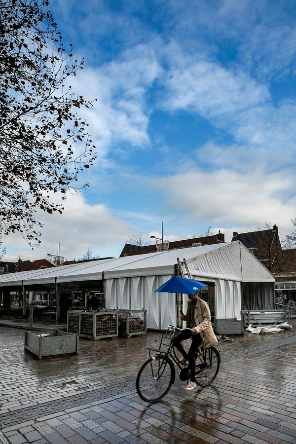 In Valkenswaard is maandag begonnen met de opbouw van de schaatsbaan op de Markt.