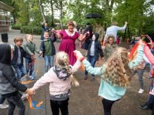 'Wilhelmina' viert bevrijding bij Nijverdalse school
