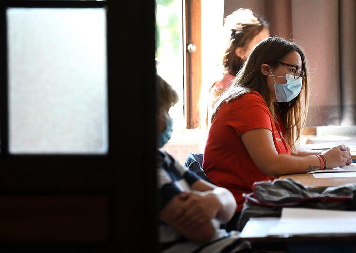 Uit De Grote Coronastudie blijkt dat er 'mondmaskermoeheid' heerst in het onderwijs. Bij het onderwijspersoneel is nog iets meer dan de helft voorstander van een mondmasker in de klas, bij leerlingen en ouders is telkens slechts één op drie daar nog voor te vinden.