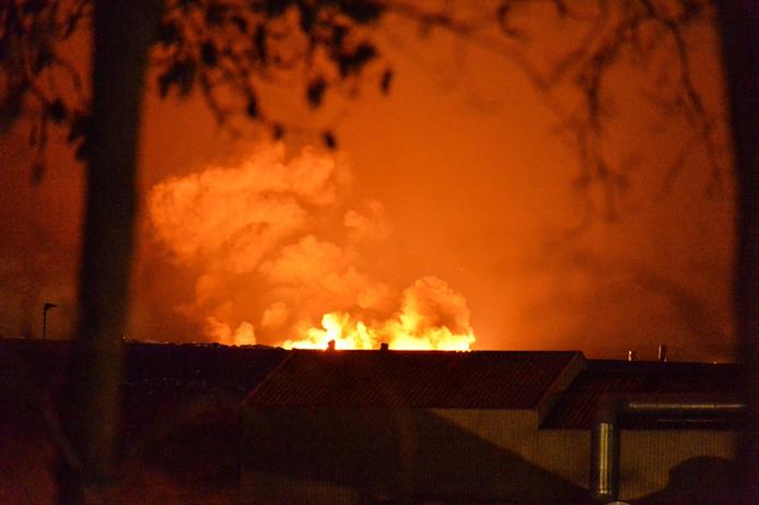 De brand bij Attero in Wilp veroorzaakte flinke rookontwikkeling.