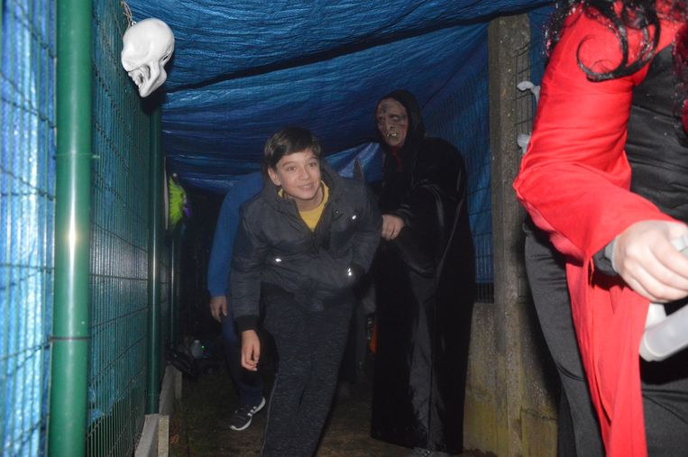 Nabij de kerk moesten de wandelaars zich door een donkere gang begeven.