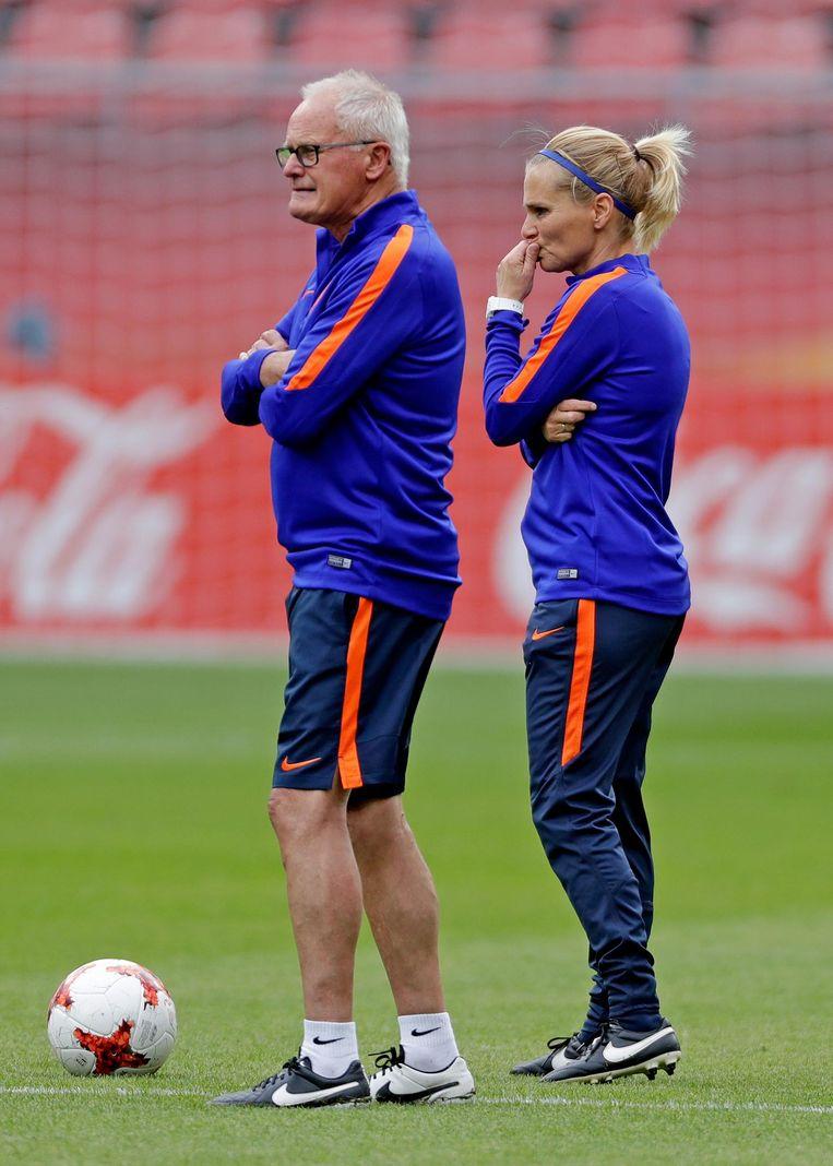 Assistent trainer Foppe de Haan en coach Sarina Wiegman Beeld anp
