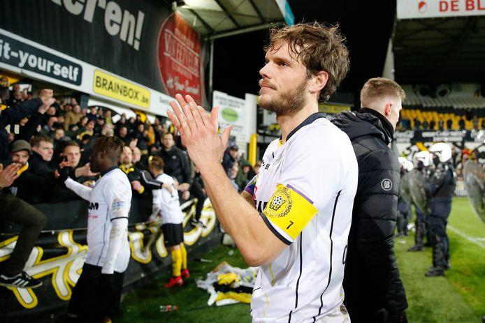 Killian Overmeire groet de fans van Sporting Lokeren na de laatste match van de club vorig jaar tegen Beerschot.