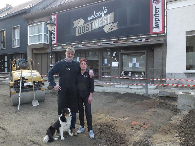"""Rik Nys met zijn vrouw Katrien bij het Eetcafé Oostwest. """"Zie hier zeker voordelen van in."""""""