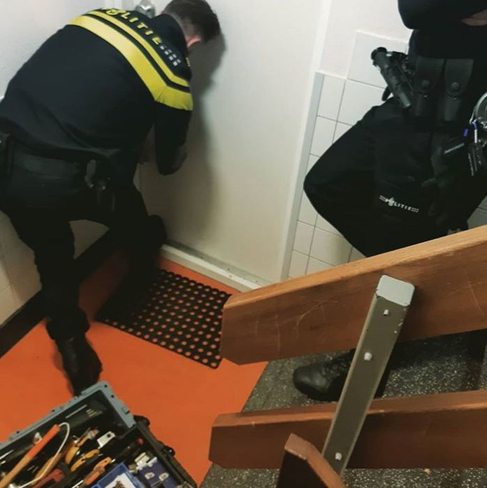 Agenten besloten de voordeur van de Rotterdamse man te forceren.