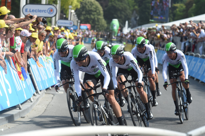 Renners van Dimension Data tijdens de ploegentijdrit in de Tour de France.