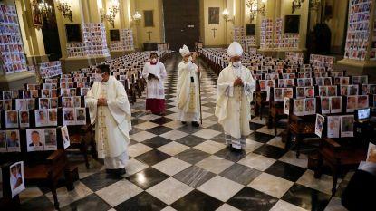 Aartsbisschop vult kathedraal met duizenden foto's van overleden coronaslachtoffers
