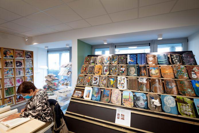 RUMST De bibliotheek stelt beschilderde dakpannen tentoon als eerbetoon aan schrijver Piet Van Aken