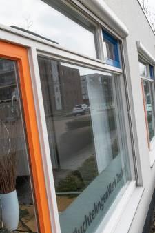 Moker door raam Vluchtelingenwerk Zierikzee is derde incident in paar weken tijd