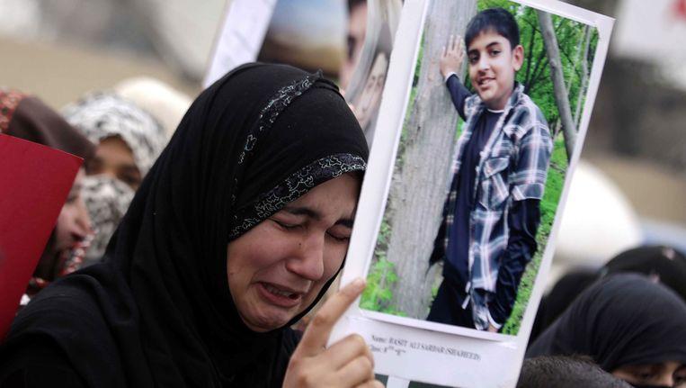 Een familielid van één van de vermoorde studenten tijdens een protest vorig weekend in Peshawar. De bevolking wilt dat de daders van de aanval snel voor de rechter worden gebracht.