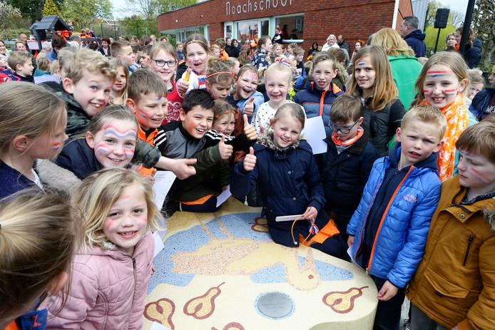 Vlak na de onthulling van de bank bij de Noachschool in Schoonrewoerd door wethouder Christa Hendriksen van gemeente Vijfheerenlanden.