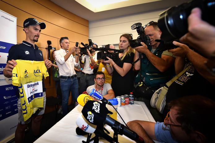 Julian Alaphilippe showt zijn gele trui op de drukbezochte persconferentie van Deceuninck - Quick-Step.