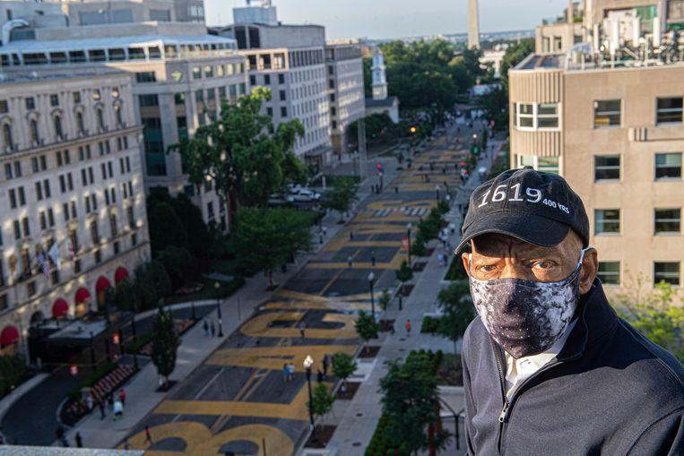 Een van de laatste publieke foto's van Lewis, een maand geleden. Hij overziet een straat in Washington die omgedoopt is in Black Lives Matter Plaza. Beeld AP