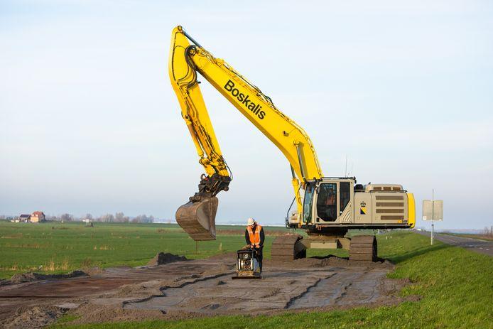 De sanering van de vervuilde Westdijk in Bunschoten is woensdag van start gegaan.