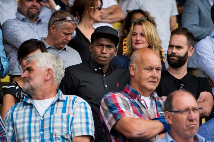 Taiwo Awoniyi (midden, met pet) op de tribune bij Go Ahead Eagles-NEC