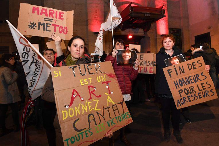 Leden van feministische organisaties met foto's van de vermoorde actrice Marie Trintignant demonstreerden gisteren in Montpellier voor de zaal waar Bertrand Cantat solo optrad.