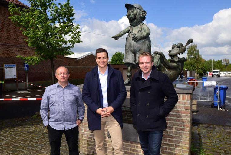 Daniel Fonteyne(links) met Dries van Langenhove en Klaas Slootmans aan het standbeeld van Urbanus