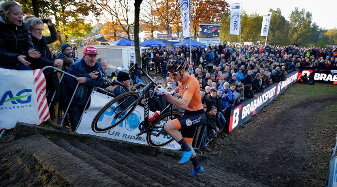 Twee jaar geleden reed Mathieu van der Poel door een haag van toeschouwers naar de Europese titel in Rosmalen. 'De beleving zal nu totaal anders zijn.'