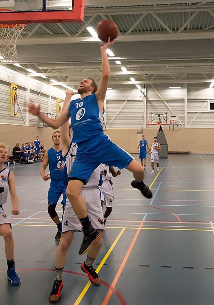 Aanval van Dirk Mulder van Blauw-Wit op de basket van Woodpeckers Foto Tran Kilo