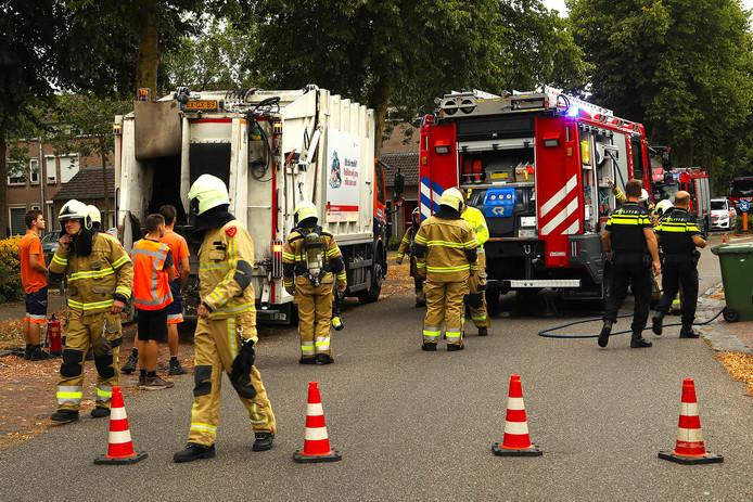 Onder begeleiding van de brandweer reed de vuilniswagen naar Renewi.
