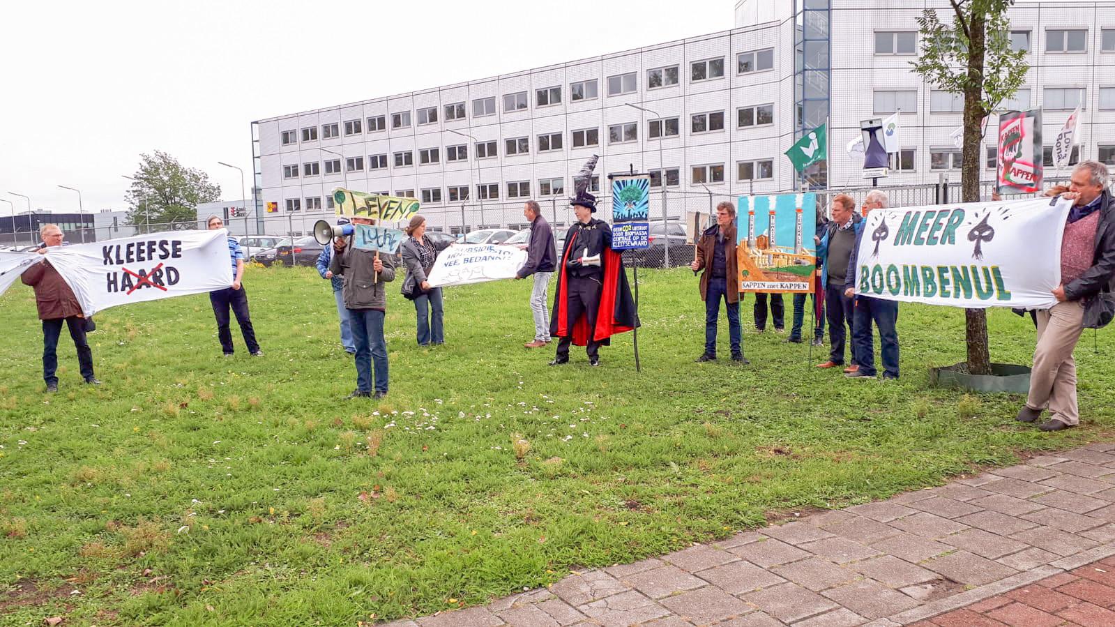 Protestactie bij Industriepark Kleefse Waard tegen de biomassacentrale daar.