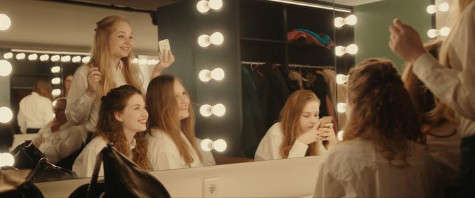 De meisjesgroep van de Schola bereidt zich voor, voorafgaand aan een voorstelling in Theater De Vrijthof in Maastricht.