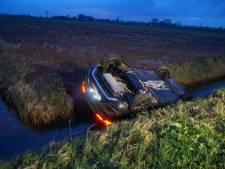 Vrouw belandt met auto op de kop in de sloot in Sprang-Capelle en klimt er zelf uit