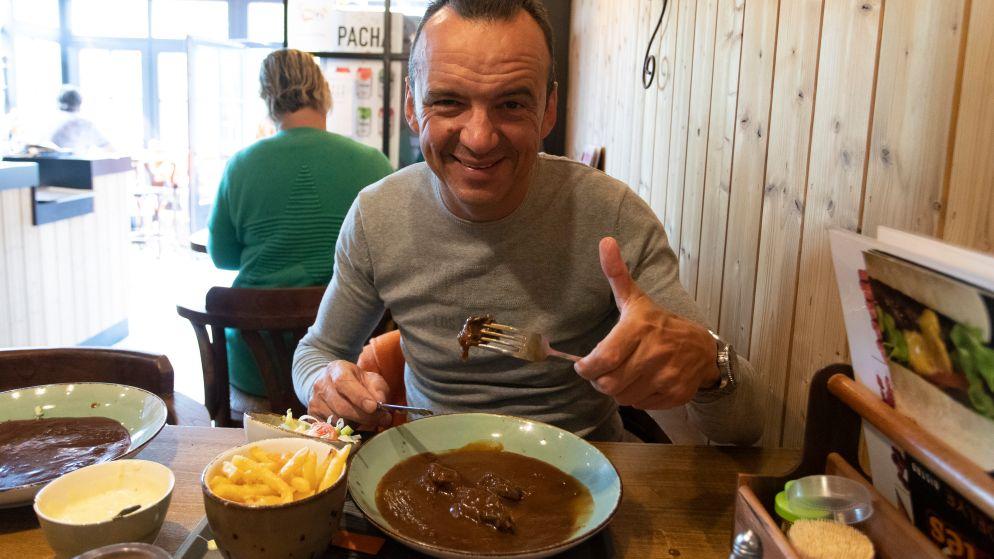 """Luc Bellings proeft stoofvlees met friet: """"Hier kun je enkel na een dronken avond blij mee zijn"""""""