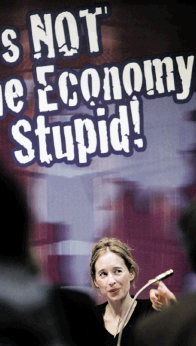 De Britse econoom en andersglobaliste Noreena Hertz ging gisteren in Den Haag in debat met staatssecretaris Heemskerk. Hertz: ¿Er is een kortzichtige vorm van kapitalisme dominant geworden die ons reduceert tot winstmaximaliserende individuen¿. (FOTO INGE VAN MILL) Beeld Inge van Mill