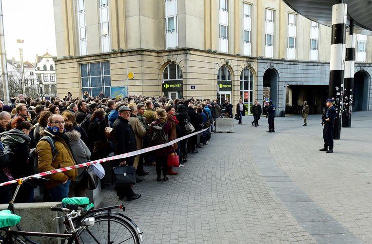 Het aantal mensen dat naar binnen mocht bij het Centraal Station van Brussel was dinsdagmiddag ernstig beperkt. Beeld afp