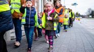 Leerlingen Sint-Michiels in fluo de straat op