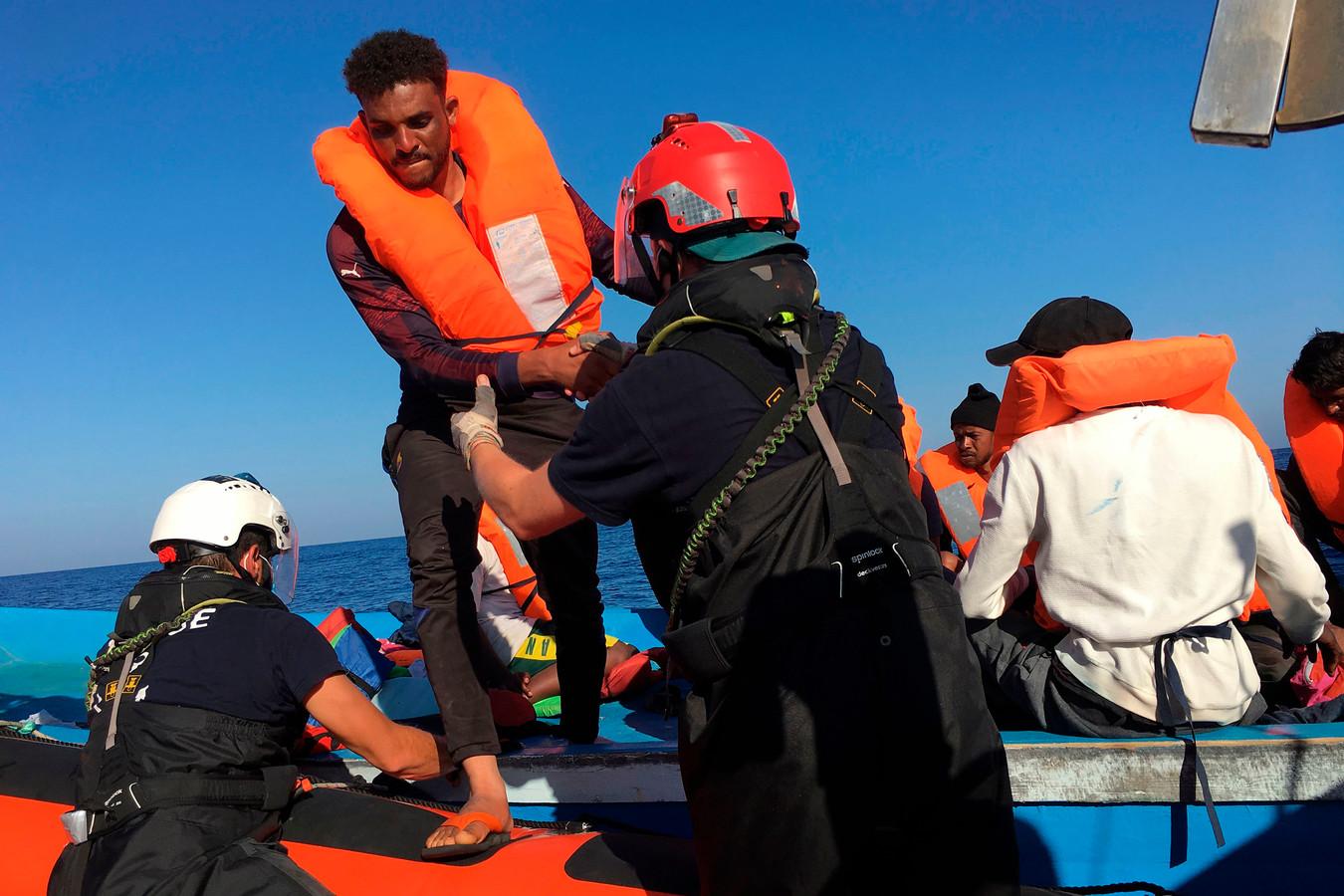 Vorige week pikte het reddingsschip Ocean Viking al 180 bootvluchtelingen op uit de Middellandse Zee. Ze werden naar het Italiaanse eiland Lampedusa gebracht. De afgelopen 24 uur kwamen er nog eens zeshonderd vluchtelingen bij waardoor er nu sprake is van een noodsituatie op het eiland.