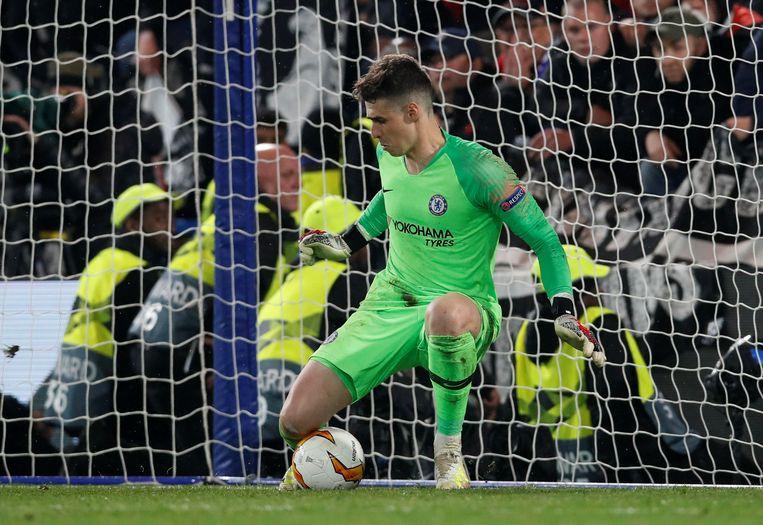 Chelsea's Kepa Arrizabalaga stopt koelbloedig een strafschop van Eintracht Frankfurt's Martin Hinteregger door simpelweg te blijven staan.  Beeld REUTERS