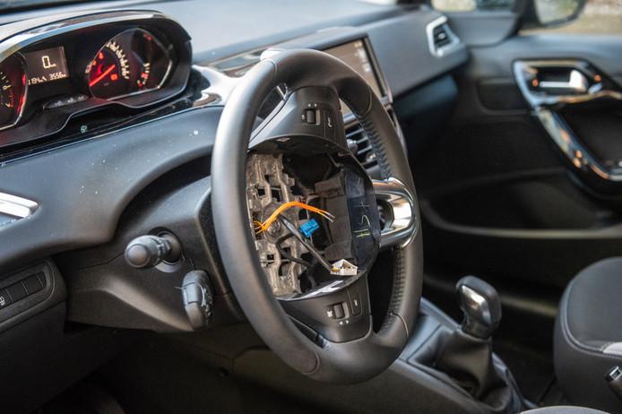 Het stuur, zonder airbag.