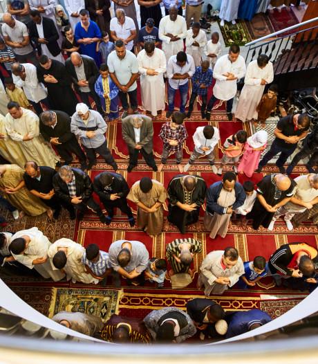 Moslims bidden voor regen om schade te beperken