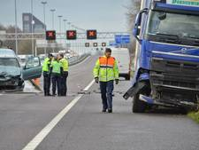 A58 bij Tilburg blijft tot avondspits dicht: truck schiet door middenberm en knalt op auto