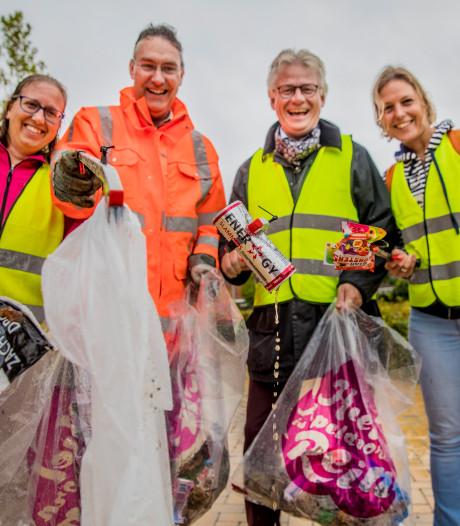 Raad en college van Apeldoorn rapen  500 kilo zwerfafval bijeen