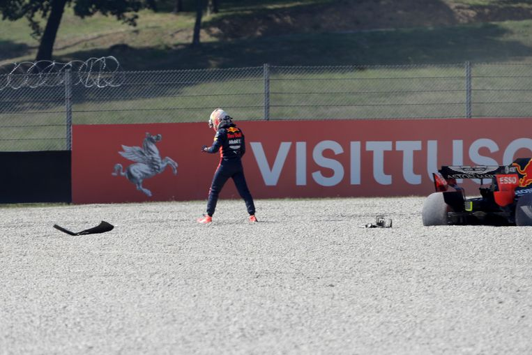 Max Verstappen naast zijn auto na zijn crash op het circuit van Mugello.  Beeld AP