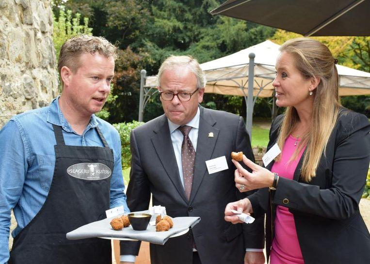 Slager Kusters presenteert Dieudonné Akkermans en Maartje Beijsens van La Saison Culinaire de eerste bitterbal van ree en everzwijn.