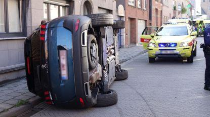 Wagen kantelt na botsing: koppel bevrijd door brandweer