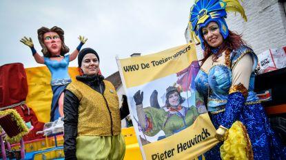 """Toeigtrappers eren overleden lid in stoet met button: """"Vanaf nu vieren we carnaval nog intenser. Pieter zou het zo gewild hebben"""""""