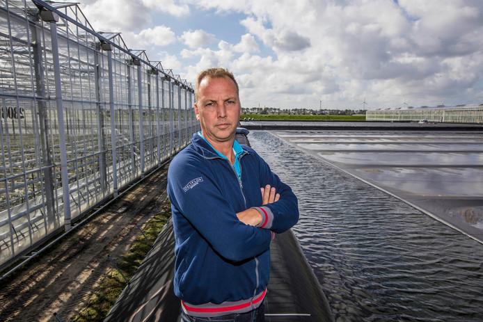 Beekenkamp in Maasdijk is één van de 25 deelnemers aan Rainlevelr. Gerard Noordam laat het waterbassin zien.