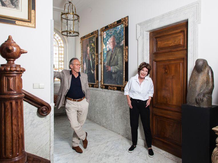 Janneke (70) en Elco (70) Brinkman – kunstschilder en politicus. Portretten door Iris van Dongen. Ze hangen in de hal. Beeld Adriaan van der Ploeg