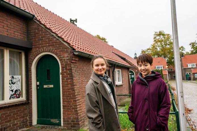 Olga Uzikaeva (l) en Ayumi Toyabe in het straatje Bij de Populieren in Helmond.