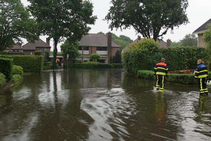 De complete straat staat onder water.