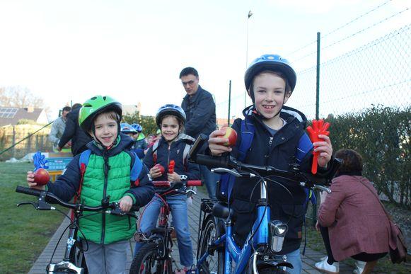 In basisschool de St@rtbaan werden de fietsers beloond met een appel en klaphandjes