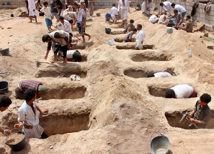 Inwoners van Jemen graven 29 graven uit voor de kinderen die omkwamen tijdens de luchtaanval in Jemen.
