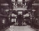 Dit type interieur hadden de warenhuizen begin vorige eeuw; de foto is van het aangrenzende pand op nummer 18 van de firma Meelis.
